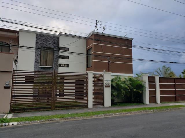 Apartamento moderno, Exc ubicación (planta alta)