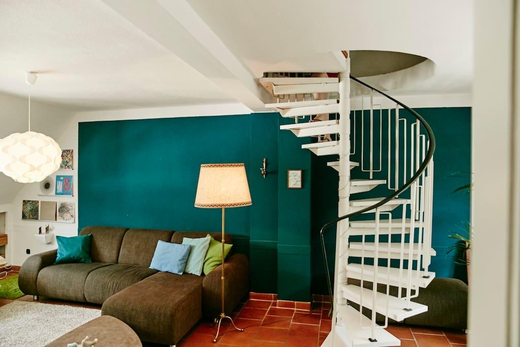 Wohnzimmer mit Wendeltreppe zu Schlafzimmer 1 (mit Doppelbett)