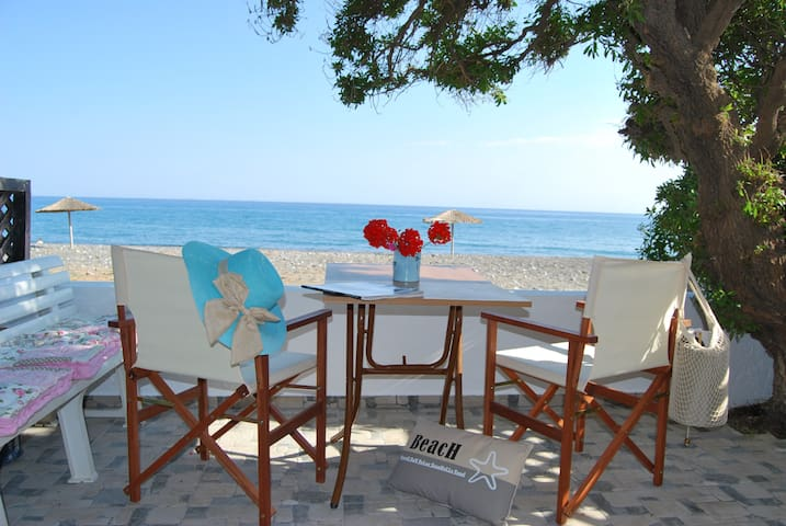 Hatzidakis Beach Retreat