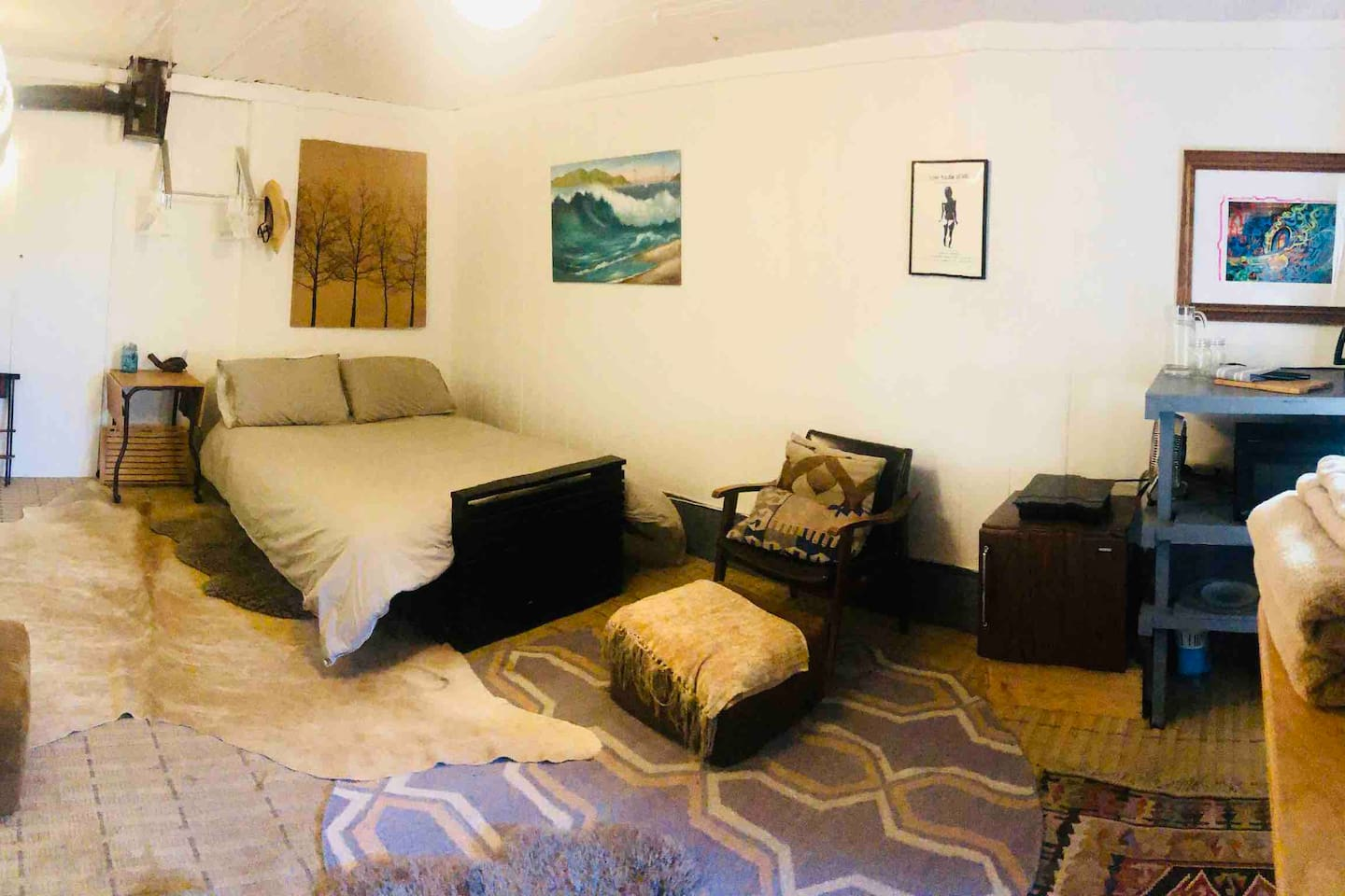 Serene, thoughtfully-appointed, private room on lower level of home with full size bed, cotton linens, TV, fan, space heater, local art, standing desk, fridge, microwave, coffee maker, hairdryer, local and vintage surf magazines plus small library