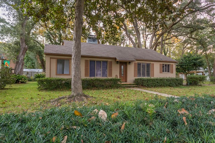 New! Walk to shopping & dining, pet friendly.