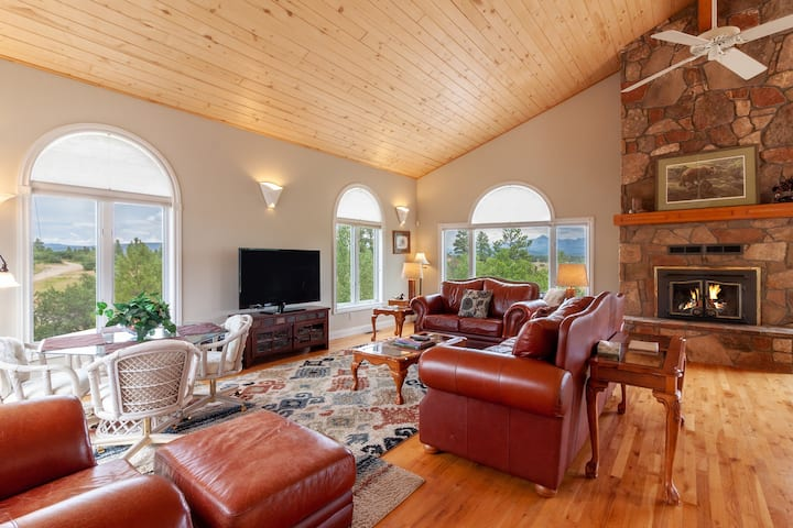 Spacious hilltop home w/deck & stunning views-near hot springs