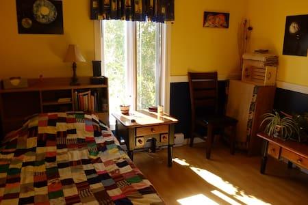 Petite chambre dans une maison à l'Anse-à-Beaufils - Ev
