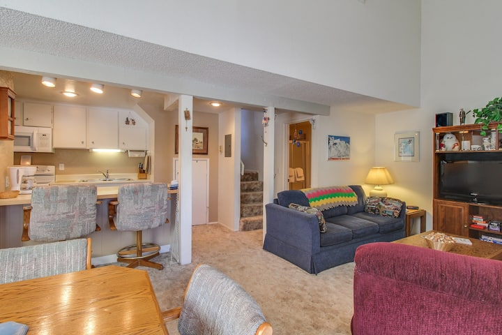 Mountainview, two-level studio w/ decks, shared pool & hot tub - close to skiing
