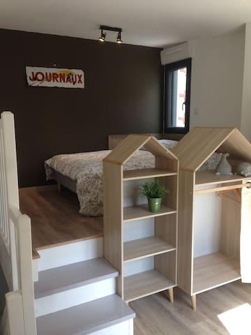 Chambre confortable lit double