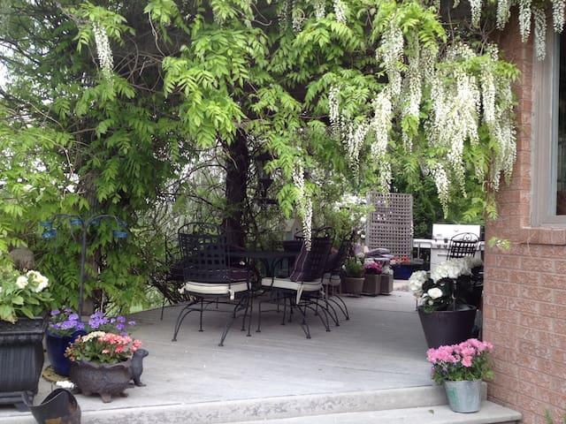 Lulu's Vineyard Room Bedroom # 2 - Niagara-on-the-Lake - Bed & Breakfast