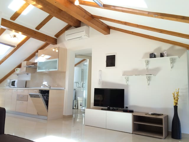 New, comfort & cozy apartment IRIS ATTIC free Wifi - Umag - Apartamento
