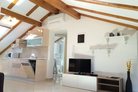 New, comfort & cozy apartment IRIS ATTIC free Wifi - Umag - Daire