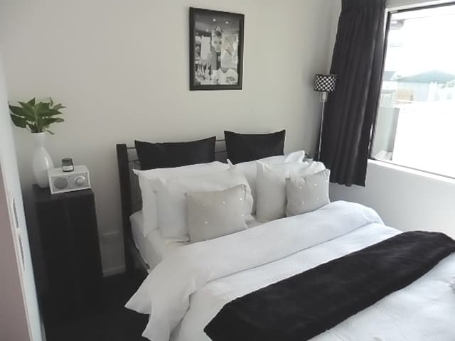 The Monochrome Room +  Close to the City.