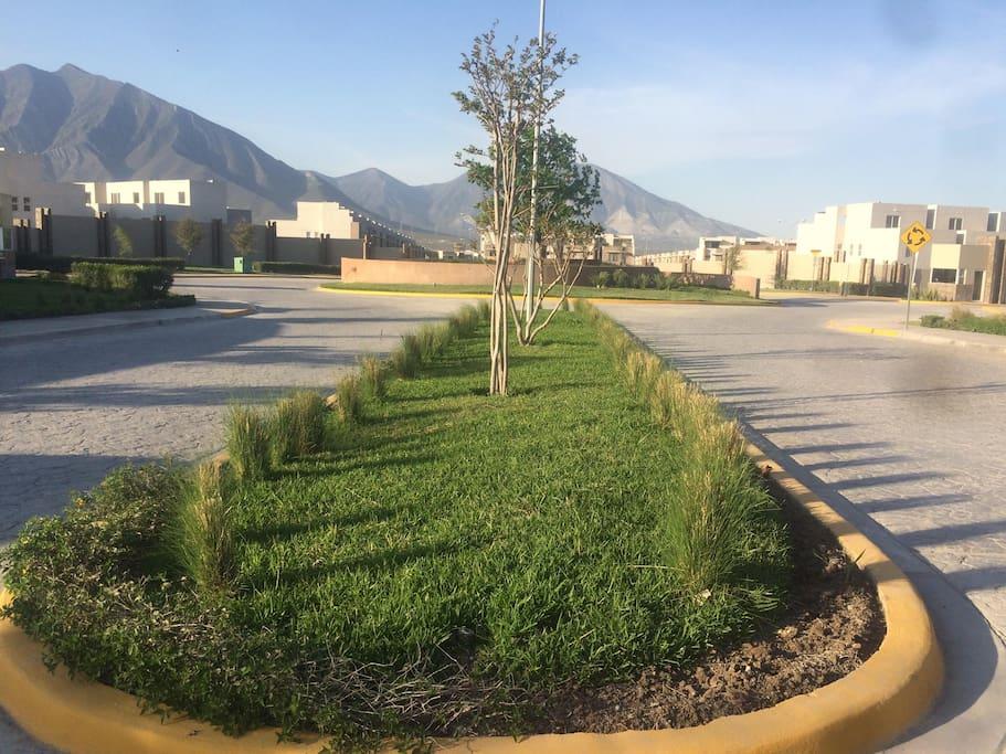 Cumbres La Rioja, a cinco minutos de Plaza Cumbres Monterrey, N.L. Con parque privado y área para ejercitarse los adultos.
