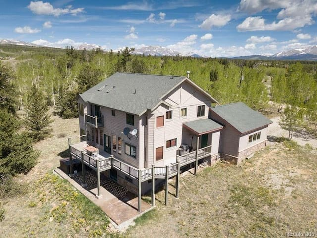 Spectacular Mountain Splendor, hot tub,views,close to Breckenridge.