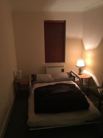 Private en suite room close to amenities