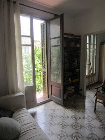 Room in quiet flat in lively Gracia