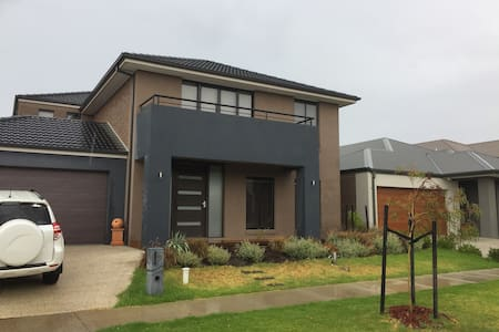 Modern 5 BR house enroute to the Great Ocean Road - Williams Landing - 独立屋