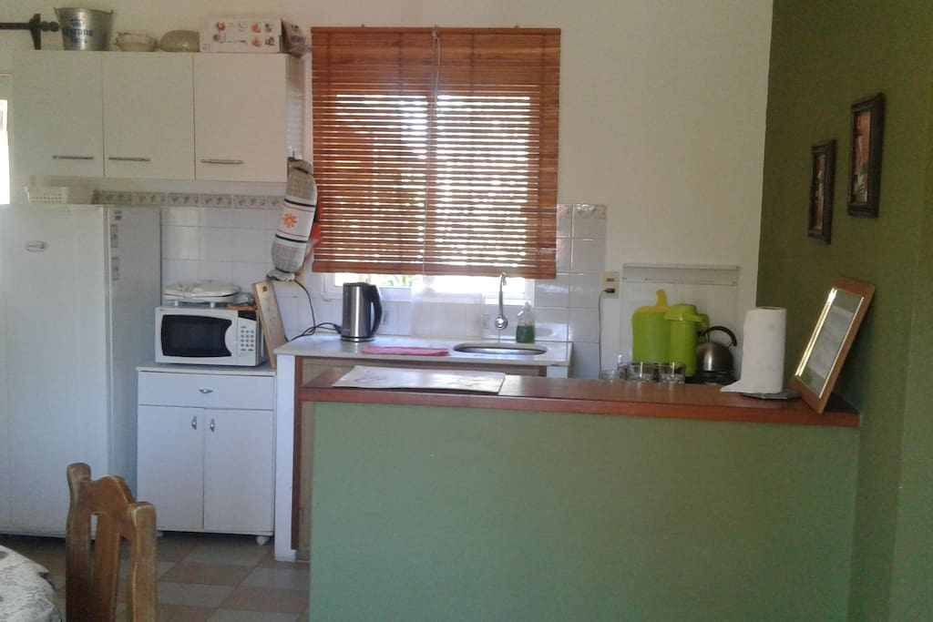 Cocina completa, muy bien equipada para 4 personas: heladera con frezzer, cocina con horno a gas, microondas, etc.