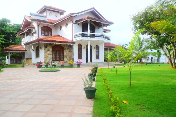 Sri Lagoon Villa A/C, near Airport/ Negombo