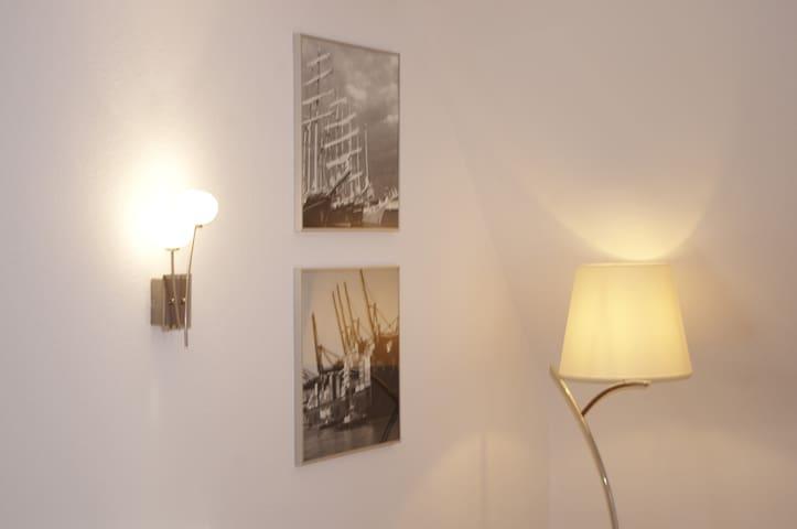 Im Wohnzimmer gibt es einige Lichtquellen, je nach dem, wie hell oder gemütlich ihr es mögt.