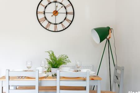 Albatross House, Bright & Comfy -  by Hostly