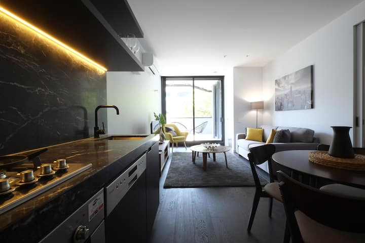 Modern 1bd w/ Rooftop Pool. Near Trams & VicMkt