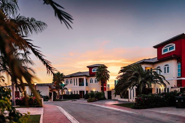 Palm Beach Private Villa & Pool behind Marriott!