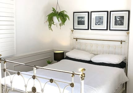 Doppelbett im großen viktorianischen Haus