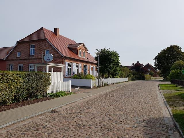 Das Kapitänshaus liegt in ruhiger Lage an der Dorfstraße
