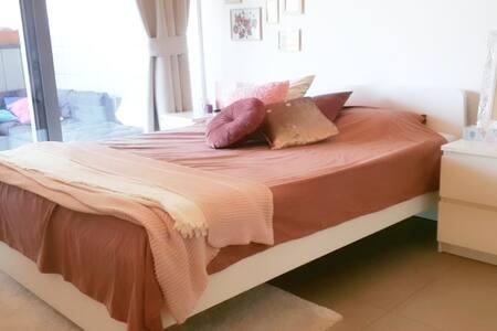 Privékamer met terras in licht en ruim appartement