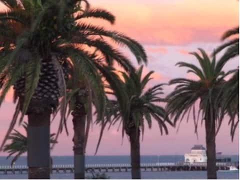 セントキルダビーチフロントのアールデコアパートメント