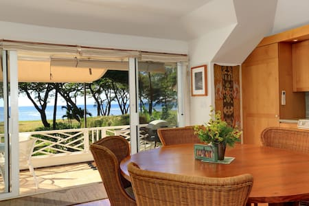 Exclusive Beachfront Cottage, Ocean Views, WiFi/AC