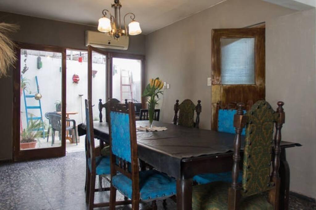 Comedor con una gran mesa, luz y ventilación...