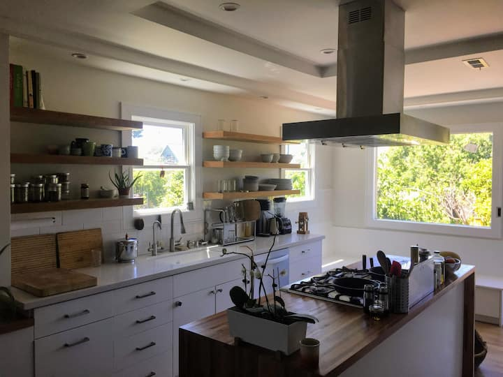 Beautiful 2BR Open Floor Plan Apt, Garden & Sauna