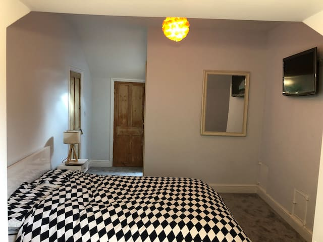 Spacious Bedroom with Ensuite 0.3k From Station