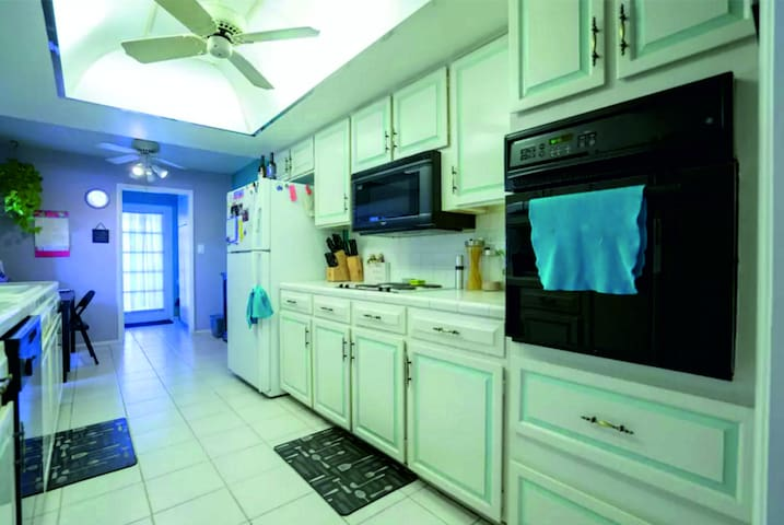 Modern Downtown Room with Bath - Gulf Shores - House