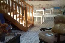 Le petit salon jouxte la cuisine sur mezzanine. Les escaliers conduisent à la chambre.