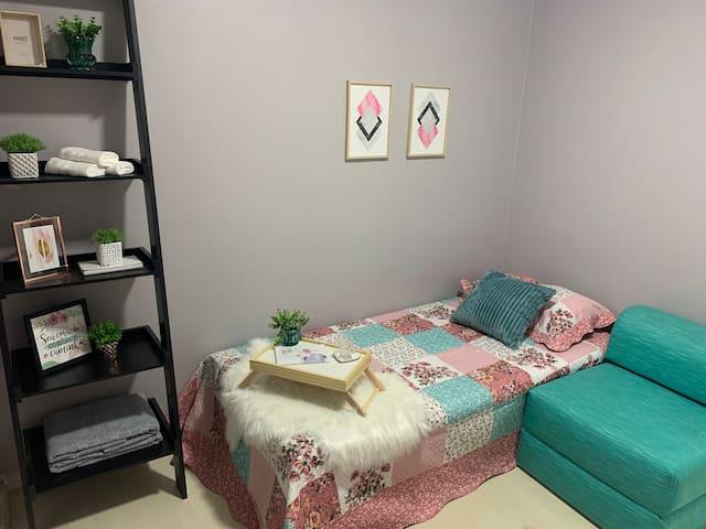 Quarto de solteiro 1 cama de solteiro 1 sofá cama possibilidade de 1 colchão de solteiro a mais 1 prateleira ar condicionado toalhas, lençóis e cobertas