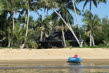 Absolute beachfront tropical living. Beach Villa 5 - Wongaling Beach - Casa
