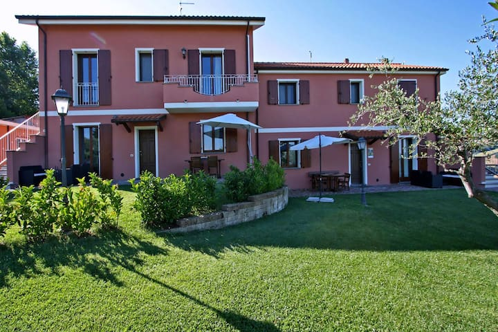 Apartment with swimming pool and hydro massage, 10 km from the sea, beautiful area