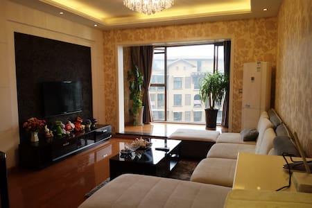 峨眉爱情公寓三居室,临东湖湿地公园,购物中心