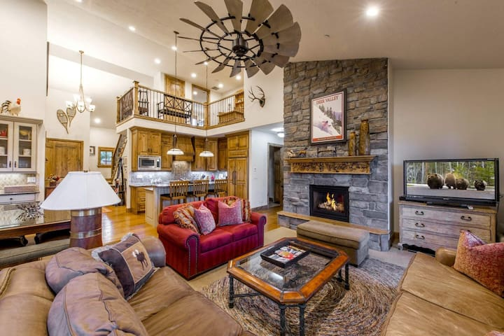 Luxury Family Home,  2 Mins to DV Lift– 3 Master Suites, Private Hot Tub, Playstation 4, Roku Player
