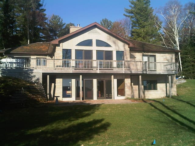 Gorgeous Lake of Bays retreat with hot tub. - Huntsville