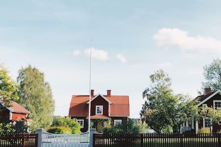 Egen gård, Byle östergård intill Tisnaresjön