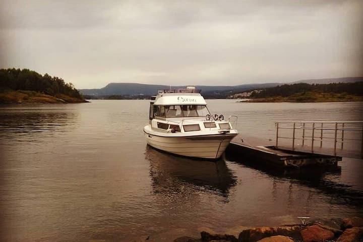 Båten Svena, liggende fortøyd på kaiplass