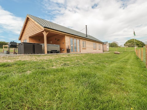 Lundy Lodge - luxury lodge with private hot tub