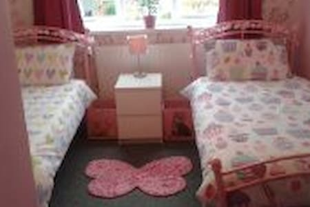 Butterfly room with twin beds - Pitsea, Basildon