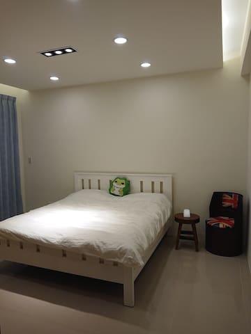 主臥室, 加大雙人床 Master bedroom, Queen size bed