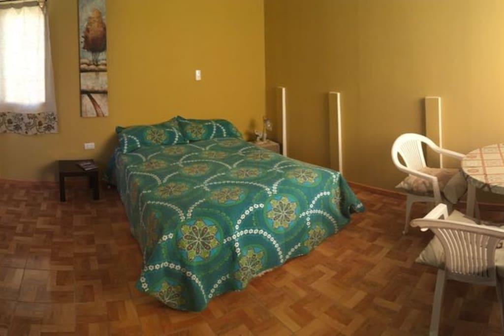 Amplio dormitorio matrimonial, incluye mesa y sillas. Se puede incluir futón en el caso de ser una familia con un niño.