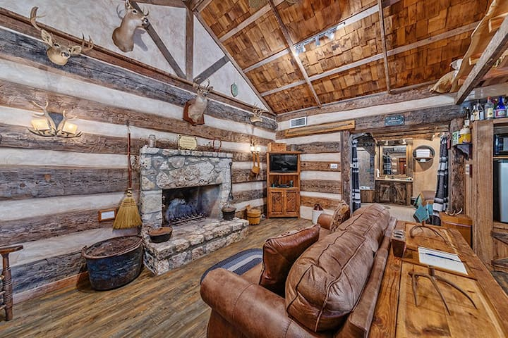 Absolutely Charming Grist Mill Log Cabin, King bed, Whirlpool tub, Cozy Cabin!