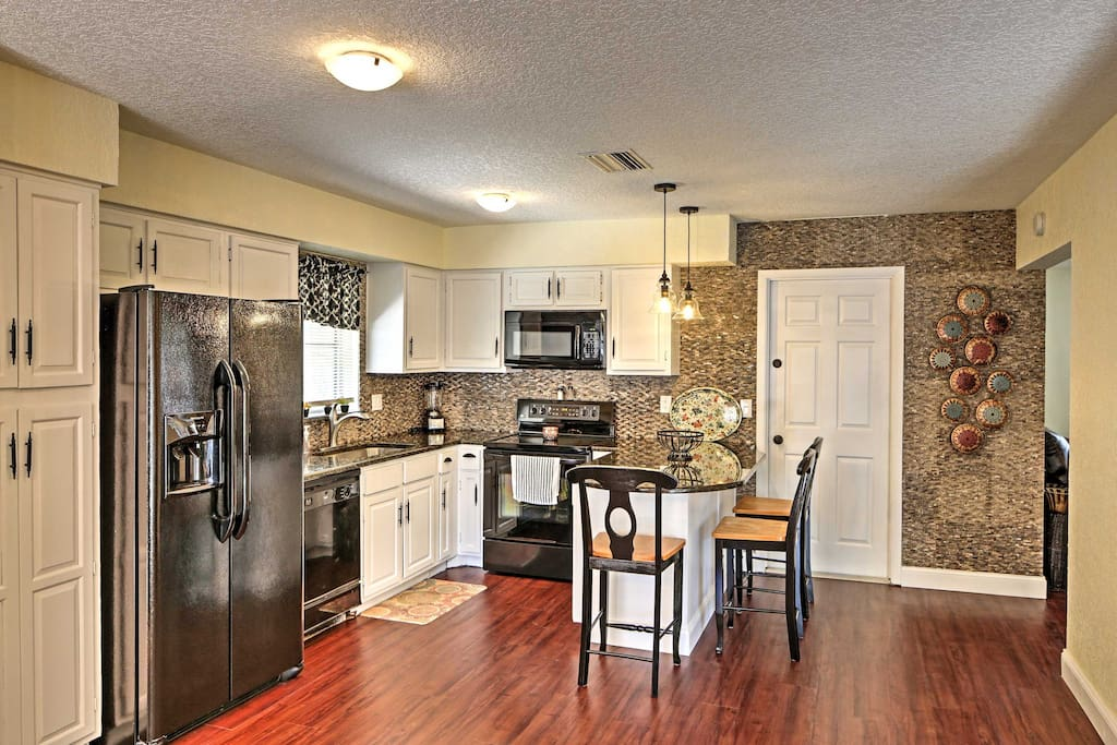 This beautiful and spacious fully equipped kitchen has a dining table, an island with additional seating and a mini bar with a wine cooler. It's the perfect place to entertain!
