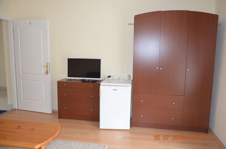 В номере есть холодильник, вентилятор и большой телевизор со спутниковыми каналами, а также стул, кресло и журнальный столик