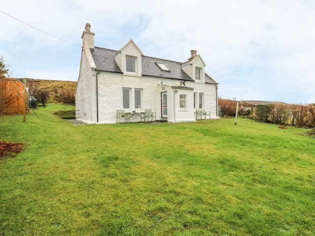 8 HERBUSTA, family friendly, with open fire in Uig, Ref 999425